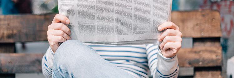 Persona leyendo el periódico